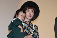 子供を抱っこする林イー涵。