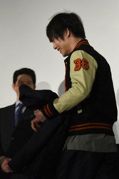 スタジャンを着た窪田正孝。