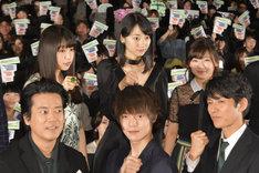 後列左から桜井日奈子、武田玲奈、伊藤沙莉。