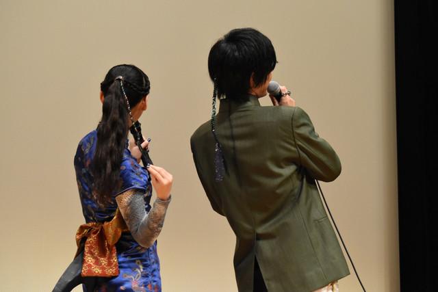 後ろ髪のアレンジを見せる柳美稀(左)と渡邉剣(右)。