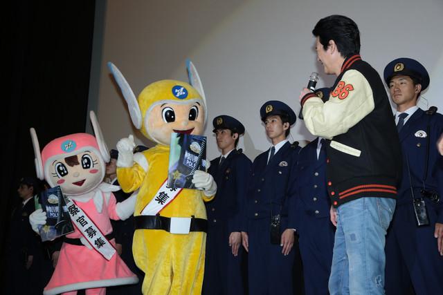 ピーガルくん(左端)、リリポちゃん(左から2番目)と話す唐沢寿明(右)。
