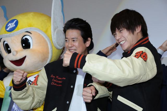 左からピーガルくん、唐沢寿明、窪田正孝。