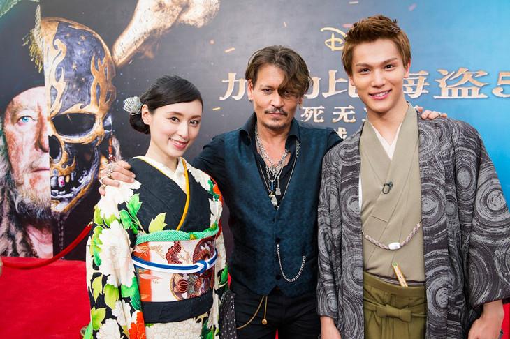 左から栗山千明、ジョニー・デップ、中川大志。