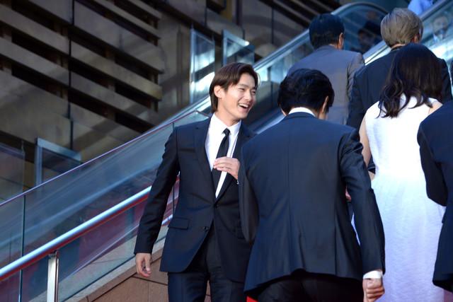 退場時、階段を後ろ向きに上がろうと共演者たちに声をかける野村周平。