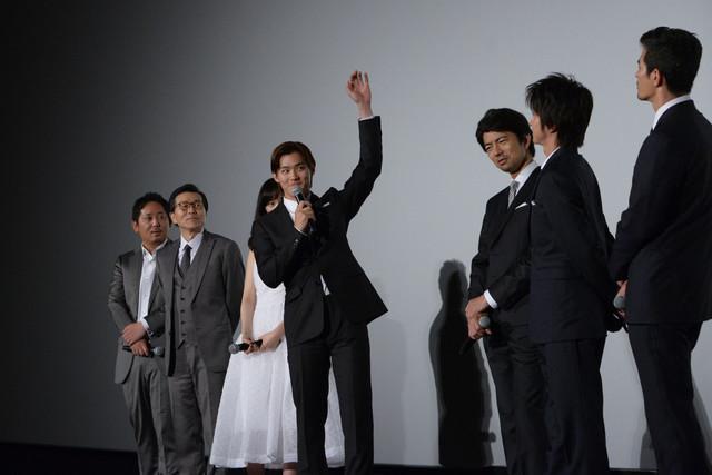 伊藤英明が出演する「デ・オウ」のCMのまねを、本人の前で披露する野村周平(中央)。