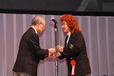 トロフィーを受け取る野沢雅子(右)。