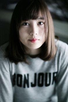 「過ぎて行け、延滞10代」監督の松本花奈。