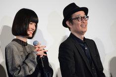 左から橋本愛、リリー・フランキー。