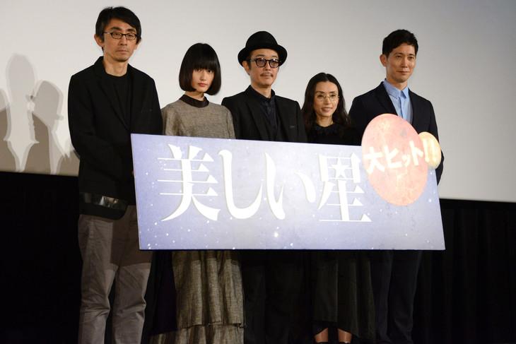 「美しい星」公開記念舞台挨拶にて、左から吉田大八、橋本愛、リリー・フランキー、中嶋朋子、佐々木蔵之介。