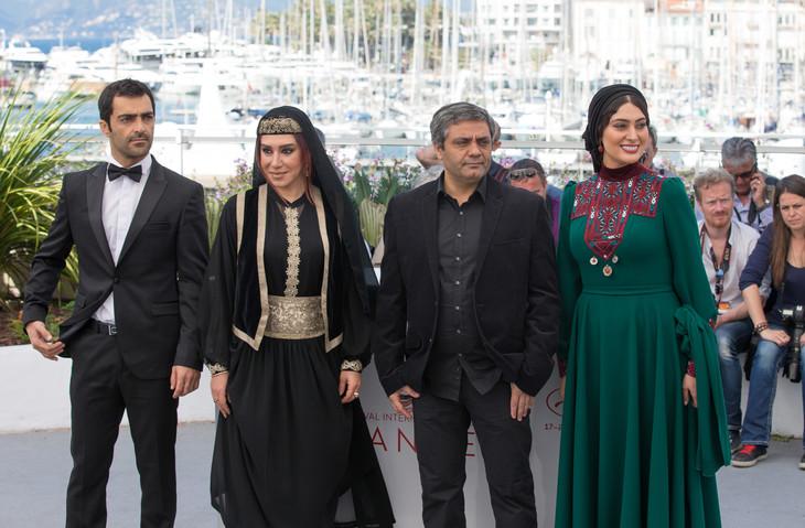 第70回カンヌ国際映画祭に参加した「A Man of Integrity(英題)」のキャストとモハマド・ラスロフ(左から3人目)。