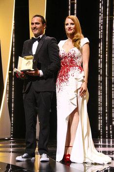 ホアキン・フェニックス(左)と、審査員のジェシカ・チャステイン(右)。(写真提供:Philippe Farjon / VISUAL Press Agency / ゼータ イメージ)