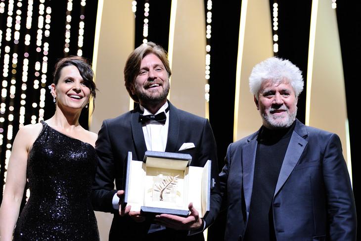 左から審査員のジュリエット・ビノシュ、「The Square(原題)」でパルムドールを受賞したリューベン・オストルンド、審査員長のペドロ・アルモドバル。(写真提供:Boyer-Genin-Marechal / ABACA / Newscom / ゼータ イメージ)
