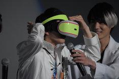 「幻夢VR」を装着する飯島寛騎。