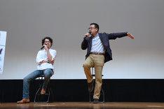 動きを交えながらワイヤーアクションの説明をする中村義洋(右)。