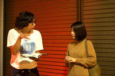 「ナラタージュ」メイキングカットより、行定勲(左)と有村架純(右)。