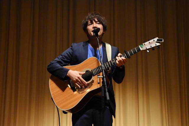 主題歌「星降る夜に」を披露する香川裕光。