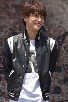 革ジャンで笑顔を浮かべる、発表会冒頭の岩田剛典。