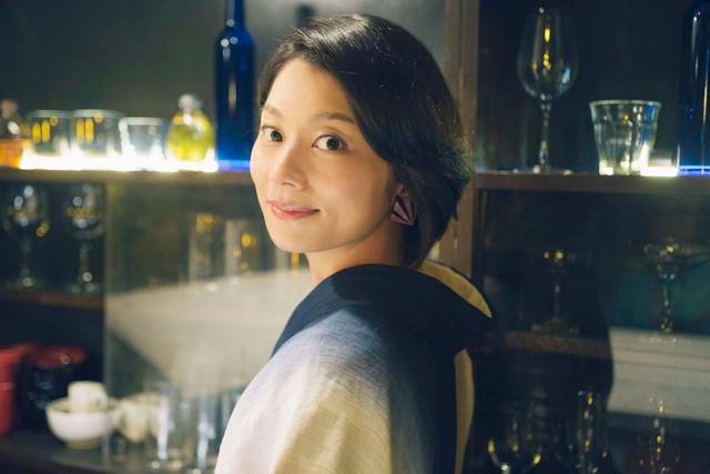 スナックのママを演じる小池栄子。