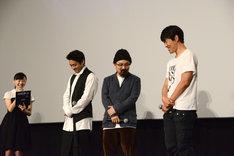 緊張気味の芦田愛菜(左)と、ほほえみをこぼす大人たち。
