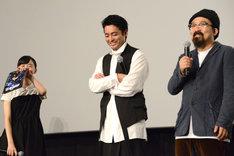 自分の発言に照れ笑いする芦田愛菜(左)と、ほほえむ山田孝之(中央)、山下敦弘(右)。