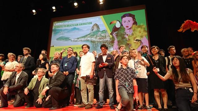 アヌシー国際アニメーション映画祭2017の受賞者全員によるフォトセッションの様子。(撮影:土居伸彰)