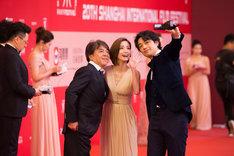第20回上海国際映画祭に出席した西谷弘(左)、上戸彩(中央)、斎藤工(右)。