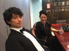 左から齊藤工、神野三鈴。