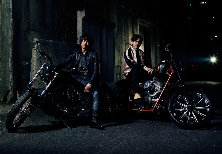 「HiGH&LOW THE MOVIE 2 / END OF SKY」より。左からAKIRA演じる琥珀、青柳翔演じる九十九。
