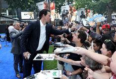 ファンにサインをするマーク・ウォールバーグ。