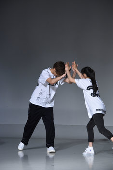 3番勝負に勝利し、喜ぶ片寄涼太(左)と土屋太鳳(右)。