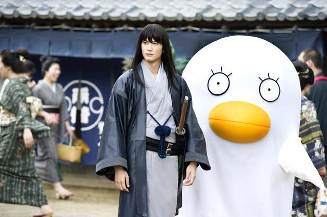 「銀魂」より。左から岡田将生演じる桂小太郎、エリザベス。