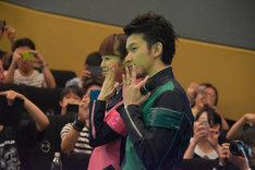 客席を練り歩き、写真撮影に応じる菊地美香(左)と伊藤陽佑(右)。