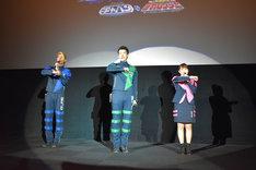 ロジャーポーズをするキャストたち。左から林剛史、伊藤陽佑、菊地美香。