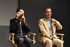 客席の写真を撮るトラン・アン・ユン(左)。