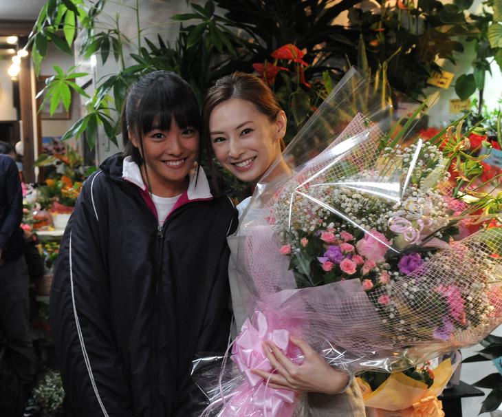 「君の膵臓をたべたい」メイキングカット。左から大友花恋、北川景子。