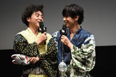 吉沢亮(右)にベタベタするムロツヨシ(左)。