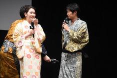 福田から「(かしこまった話の)最後におならを出すはず」と振られるも、「ごめんなさい、今日出ない……」と謝る安田顕(右)。