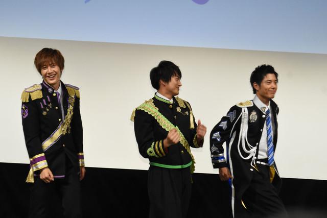 ステージ上で踊り始めたBOYS AND MENメンバー。