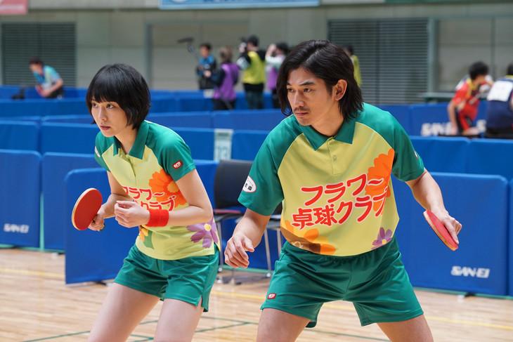 「ミックス。」より、新垣結衣演じる多満子(左)と瑛太演じる萩原(右)。
