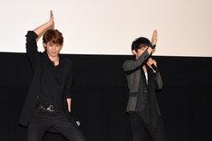 「シャーク」のポーズを取る、宮野真守(左)と津田健次郎(右)。
