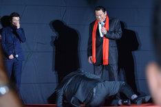 アントニオ猪木(奥)にパワーを注入され、倒れ込む山里亮太(手前)。