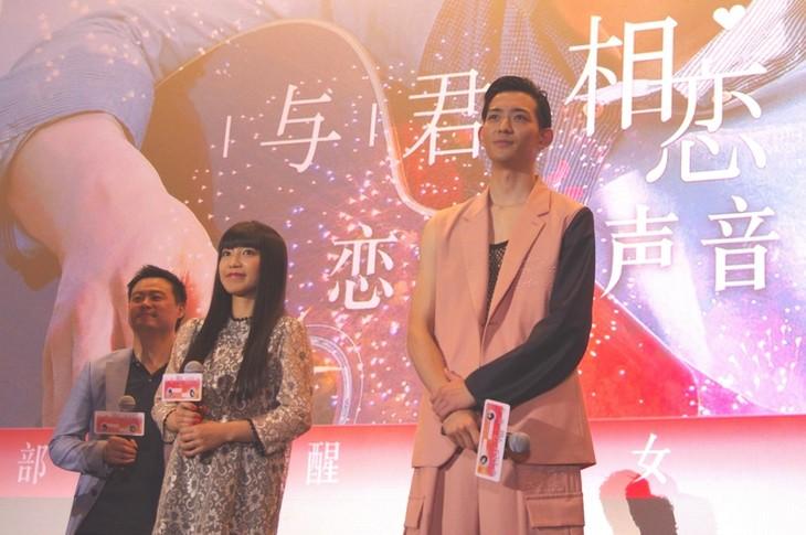 「君と100回目の恋」北京・藍色港湾SAGA CINEMAでの舞台挨拶に登壇したmiwa(中)、竜星涼(右)。