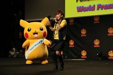 「Japan Expo 2017」にて、左からピカチュウ、主題歌を歌う松本梨香。