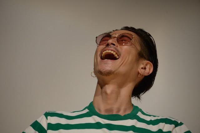 観客のフォトセッションによるフラッシュで天を仰ぐ窪塚洋介。