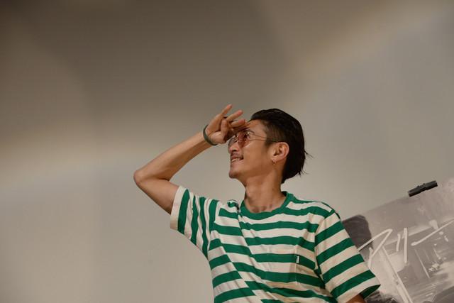 観客のフォトセッションにさまざまなポーズで応える窪塚洋介。