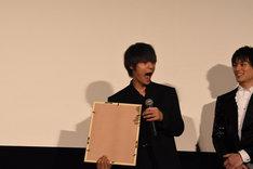 イラストに喜ぶ窪田正孝(左)。