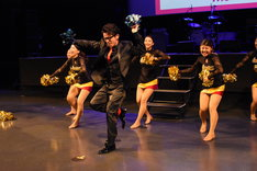 チアダンスチーム・LUMINASと共にダンスを披露するオリエンタルラジオ藤森。