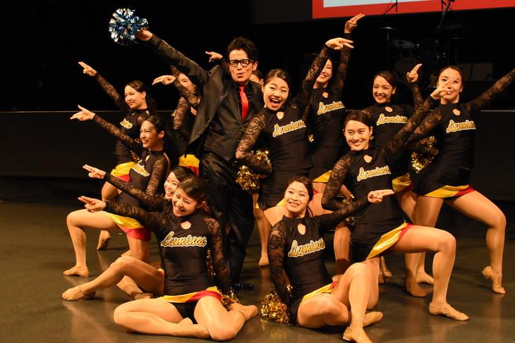 チアダンスチーム・LUMINASと共にポーズを決めるオリエンタルラジオ藤森。