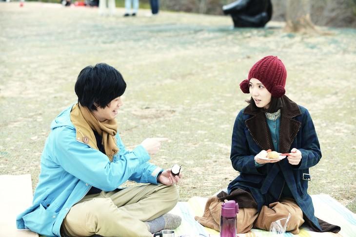 「勝手にふるえてろ」より、渡辺大知(黒猫チェルシー)演じるニ(左)、松岡茉優扮するヨシカ。