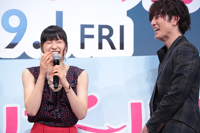 間宮祥太朗(右)の視線に思わず笑ってしまう土屋太鳳(左)。